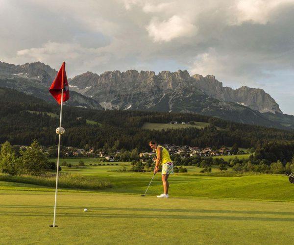 Golfplatz in Ellmau im Hintergrund der Wilde Kaiser